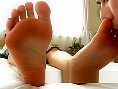 Japan foot worship - Suck bare feet